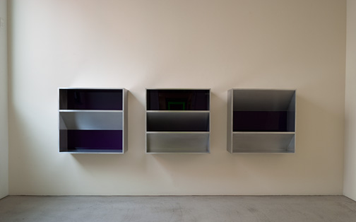 Donald Judd / Donald Judd Untitled (82-12)  1982  100 x 100 x 32 cm aluminium and purple plexiglass  (3 parts) (Tageslicht)