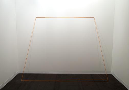 Fred Sandback / Fred Sandback Untitled (Trapez) 1968 203,2 x 274,3 cm Orange, elastic cord